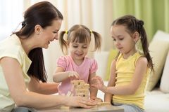 Οικογένεια στο επιτραπέζιο παίζοντας επιτραπέζιο παιχνίδι στοκ φωτογραφία