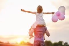 Οικογένεια στο ηλιοβασίλεμα Στοκ εικόνες με δικαίωμα ελεύθερης χρήσης