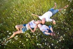 Οικογένεια στο λιβάδι Στοκ Εικόνες