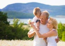 Οικογένεια στο λιβάδι Στοκ εικόνα με δικαίωμα ελεύθερης χρήσης
