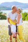 Οικογένεια στο λιβάδι Στοκ εικόνες με δικαίωμα ελεύθερης χρήσης