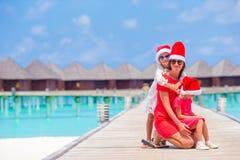 Οικογένεια στο καπέλο Santa στις διακοπές παραλιών Χριστουγέννων Στοκ Εικόνες