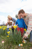 Οικογένεια στο κυνήγι αυγών Πάσχας στο πεδίο Daffodil Στοκ φωτογραφίες με δικαίωμα ελεύθερης χρήσης