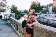 Οικογένεια στο παλαιό πόλης κέντρο του Λουμπλιάνα, Σλοβενία Στοκ Εικόνες