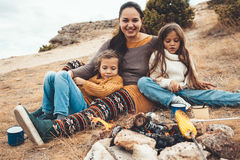 Οικογένεια στο πεζοπορώ φθινοπώρου στοκ φωτογραφίες με δικαίωμα ελεύθερης χρήσης