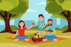 Οικογένεια στο πικ-νίκ στο πάρκο Γονείς που κάθονται στο κάλυμμα, σφαίρα εκμετάλλευσης παιδιών Πράσινοι δέντρα, οι Μπους και κτήρ Στοκ εικόνα με δικαίωμα ελεύθερης χρήσης