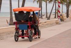 Οικογένεια στο ποδήλατο του Surrey κοντά στην παραλία στοκ εικόνες με δικαίωμα ελεύθερης χρήσης