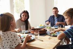 Οικογένεια στο σπίτι να φάει το γεύμα από κοινού Στοκ Φωτογραφία
