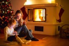 Οικογένεια στο σπίτι στο χειμώνα Στοκ Εικόνες