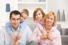 Οικογένεια στο σπίτι Στοκ Φωτογραφίες
