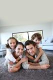 Οικογένεια στο σπίτι Στοκ φωτογραφίες με δικαίωμα ελεύθερης χρήσης