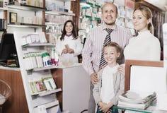 Οικογένεια στο φαρμακείο στοκ φωτογραφία με δικαίωμα ελεύθερης χρήσης