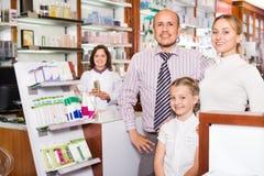 Οικογένεια στο φαρμακείο στοκ φωτογραφία