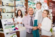 Οικογένεια στο φαρμακείο στοκ εικόνες