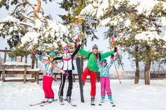 Οικογένεια στο χιονοδρομικό κέντρο στοκ φωτογραφία με δικαίωμα ελεύθερης χρήσης