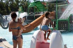 Οικογένεια στο aquapark Στοκ εικόνες με δικαίωμα ελεύθερης χρήσης