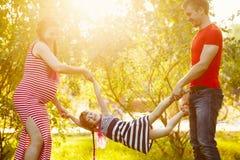 Οικογένεια Σύζυγος, έγκυες σύζυγος και κόρη υπαίθρια Στοκ εικόνα με δικαίωμα ελεύθερης χρήσης