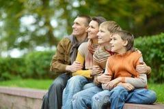 οικογένεια τέσσερα ευ&tau Στοκ Φωτογραφίες