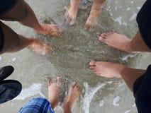 οικογένεια τέσσερα παραλιών λευκές νεολαίες διακοπών άμμου τροπικές Στοκ εικόνα με δικαίωμα ελεύθερης χρήσης