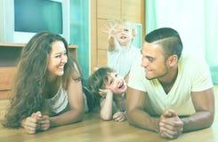 οικογένεια τέσσερα σπίτ&iota Στοκ Εικόνες