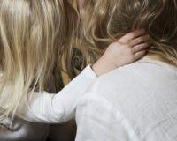 Οικογένεια Τα χέρια του μικρού κοριτσιού κλείνουν επάνω να κρατήσουν το mum της Έννοια της ενότητας, της υποστήριξης, της προστασ Στοκ Εικόνες