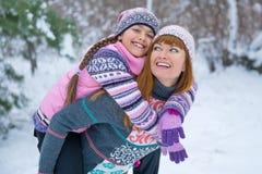 Οικογένεια της μητέρας και της κόρης υπαίθρια Στοκ εικόνες με δικαίωμα ελεύθερης χρήσης
