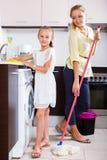 Οικογένεια της πλένοντας κουζίνας δύο Στοκ Εικόνες