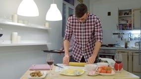 Οικογένεια του ομοφυλόφιλου ατόμων που μαγειρεύει μια πίτσα μαζί στην κουζίνα απόθεμα βίντεο