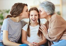 Οικογένεια τρία γιαγιά, μητέρα και παιδικό παιχνίδι και γέλιο γενεών στο σπίτι στοκ εικόνες