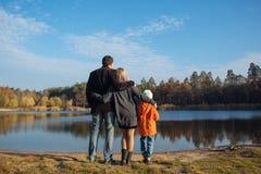 Οικογένεια τριών ανθρώπων από την πλευρά λιμνών στοκ εικόνες με δικαίωμα ελεύθερης χρήσης