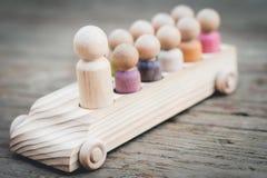 Οικογένεια των ξύλινων ανθρώπων γόμφων στο αυτοκίνητο Στοκ φωτογραφίες με δικαίωμα ελεύθερης χρήσης