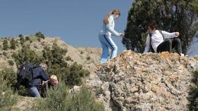 Οικογένεια των τουριστών στα βουνά απόθεμα βίντεο