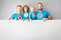 Οικογένεια των superheroes που παίζουν στο σπίτι στοκ φωτογραφίες