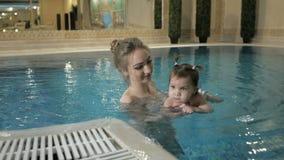 οικογένεια υγιής Κοριτσάκι διδασκαλίας μητέρων που κολυμπά στη λίμνη φιλμ μικρού μήκους
