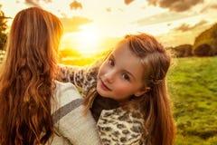 Οικογένεια υπαίθρια στη ζωηρόχρωμη πράσινη φύση Στοκ φωτογραφία με δικαίωμα ελεύθερης χρήσης