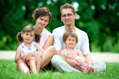 οικογένεια υπαίθρια στοκ εικόνα με δικαίωμα ελεύθερης χρήσης