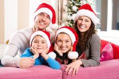 Οικογένεια Χριστουγέννων με τα κατσίκια Στοκ εικόνα με δικαίωμα ελεύθερης χρήσης