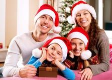 Οικογένεια Χριστουγέννων με τα κατσίκια στοκ φωτογραφία με δικαίωμα ελεύθερης χρήσης
