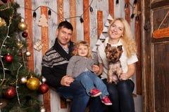οικογένεια Χριστουγένν&o Μητέρα, πατέρας, μωρό και σκυλί Στοκ φωτογραφία με δικαίωμα ελεύθερης χρήσης