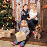 οικογένεια Χριστουγένν&o Μητέρα, πατέρας, μωρό και σκυλί Στοκ Εικόνες
