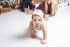 οικογένεια Χριστουγένν&o Οι γονείς και το μωρό που βρίσκονται στο πάτωμα και το χαμόγελο Στοκ φωτογραφία με δικαίωμα ελεύθερης χρήσης