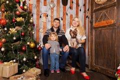 οικογένεια Χριστουγένν&o οι διακοπές αγοριών βάζουν το χειμώνα χιονιού Στοκ Εικόνες