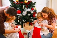 οικογένεια Χριστουγένν&o Στοκ φωτογραφίες με δικαίωμα ελεύθερης χρήσης
