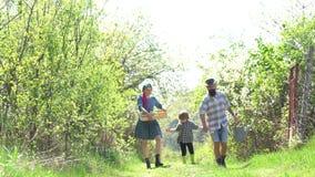 Οικογένεια όπως το χρόνο άνοιξη από κοινού Απολαύστε στο αγρόκτημα - χρόνος άνοιξη Αμερικανική αγροτική ζωή Δραστηριότητες θερέτρ απόθεμα βίντεο