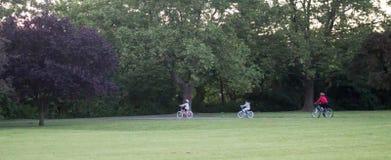 οικογένεια Biking στοκ φωτογραφία με δικαίωμα ελεύθερης χρήσης