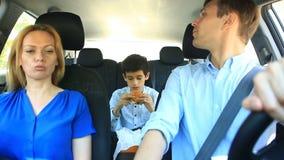 Οικογένεια, mom οδήγηση μπαμπάδων και γιων στο αυτοκίνητο, γιος που τρώει το χάμπουργκερ απόθεμα βίντεο