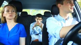 Οικογένεια, mom οδήγηση μπαμπάδων και γιων στο αυτοκίνητο, γιος που τρώει το χάμπουργκερ φιλμ μικρού μήκους