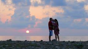 Οικογένεια Schislivaya: πατέρας, μητέρα, γιος μωρών στη δύσκολη παραλία θάλασσας κατά τη διάρκεια του ηλιοβασιλέματος Παιχνίδι γο απόθεμα βίντεο