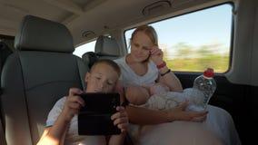 Οικογένεια selfie κατά τη διάρκεια του γύρου αυτοκινήτων φιλμ μικρού μήκους