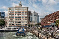 04 09 2017 οικογένειες καθημερινής ζωής ανθρώπων της Βοστώνης Μασαχουσέτη ΗΠΑ και δεμένο βάρκες κέντρο αποβαθρών αποβαθρών μακροχ Στοκ Εικόνες